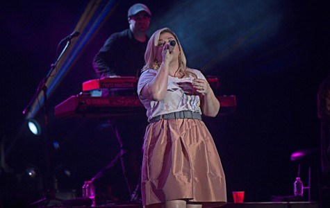 Kelly Clarkson performing live at Universal Orlando Mardi Gras, in Orlando, Florida on Saturday, Feb. 21, 2015. (Ty Wright / Valencia Voice)