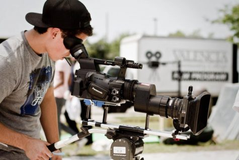 A Valencia film student frames a shot.