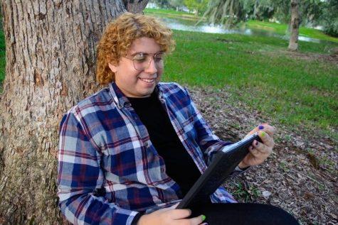 Jonathan Valbuena reading an e-book from Valencia's virtual library.